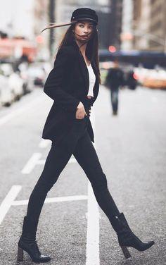 O acessório tendência que vem fazendo a cabeça das fashionistas. Boina,, quepe, beret preto,  blazer preto, top cropped branco, calça skinny preta, ankle boot preta