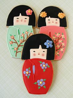 i like kokeshi dolls. i like cookies. this is my lucky day. Fancy Cookies, Iced Cookies, Cute Cookies, Royal Icing Cookies, Cupcake Cookies, Sugar Cookies, Japanese Cookies, Japanese Sweets, Macaroons