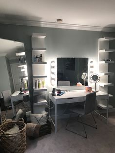 Choosing the Right Bedroom Vanity - Ideaz Home Dressing Design, Makeup Room Decor, Makeup Rooms, Vanity Room, Bedroom Vanities, Vanity Decor, Vanity Set, Cute Room Decor, Stylish Bedroom