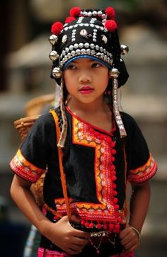 The girl in traditional Akha garb visiting Chiang Mai, Thailand. Kids Around The World, Beauty Around The World, We Are The World, People Around The World, Precious Children, Beautiful Children, Beautiful People, Folk Costume, Costumes