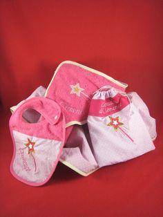 cape de bain, sac à doudou, et bavoir personnalisés Baby Shoes, Creations, Kids, Clothes Crafts, Gifts, Bag, Young Children, Boys, Baby Boy Shoes