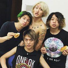 Very adorable family photo! One Ok Rock, Mi One, Takahiro Moriuchi, Six Feet Under, Pop Rocks, My Chemical Romance, Rock Music, Cool Bands, Family Photos