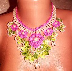 Ожерелье с розовыми цветами . Украшено  тесьмой-бижутерией и пермамутровыми бусинками .