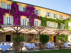 In the heart of a landscape filled with cypress and olive trees, the radiant La Bastide Saint-Antoine offers sophisticated and intimate rooms whic