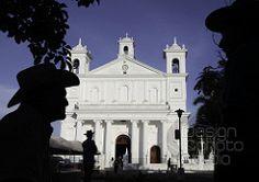 Turistas de visita en el parque central de Suchitoto, frente a la Iglesia de Santa Lucia.
