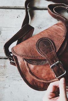 """Wer auf der Suche nach einer Tasche ist, die sich sowohl für den Spaziergang als auch gelegentliche Partynächte eignet, ist mit """"Claire"""" fündig geworden. Die Umhängetasche aus Ziegenleder ergänzt jedes Outfit auf einzigartige Weise und verleiht ihm die natürliche Note."""