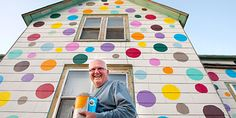 Connect the dots? In the North Dakota town of Gran Forks, a retired house painter has decided to do something fun with his house. He decided to paint his house with polka dots! Dakota Do Norte, Living Colors, House Painter, Farmhouse Side Table, Two Story Homes, Home Upgrades, Next Door, Decoration, Polka Dots