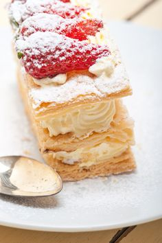 Receita de Mil Folhas. Uma sobremesa clássica, muito apreciada e também campeã de vendas. Confira as variações possíveis dessa deliciosa sobremesa!