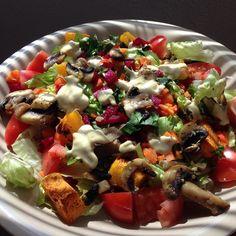 """@amorosacozinha """"Meu almocinho de hoje foi saladão! Os crus: Alface, chicória, tomate, salsinha, cenoura, beterraba. Os cozidos: cogumelos paris refogados com alho e…"""""""