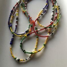 Très long collier XL en perles de rocaille (sans fermoir)Couleurs assorties: rouge,blanc, jaune, vert, noir Longueur approximative 150cm