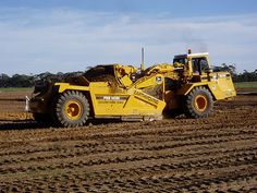 Densley Earthmoving's Deere 762B at work near Adelaide, South Australia. As you can see, this is a beautifully kept machine and a credit to the owner who has a small fleet of machines he uses for site development.