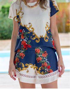 SHORTS ESTAMPA BARROCO - Elegante, sofisticado e confortável o shorts de viscose pode ser utilizado em conjunto com a camiseta ou coordenado com peças lisas, vermelho e azul são dicas de cores que ficam lindas com essa estampa.