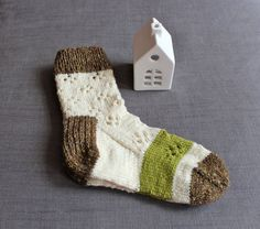 Hand knit wool women socks with daisy pattern in cream color with geen stripe for women in size 37/38/39. Perfect for boots or wellies, or just for home.