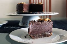 Vegan chocolate almond cheesecake, no bake, gluten free Raw Cake, Vegan Chocolate, Caramel, Almond, Cheesecake, Gluten Free, Cakes, Baking, Desserts