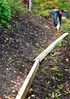 Tee itse rinteen kiveys | Meillä kotona Lake Landscaping, Lampshade Chandelier, Sloped Garden, Brick Patios, Dream Garden, Earthy, Garden Tools, Garden Ideas, Pergola