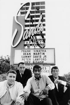 Sinatra & frIends (Peter Lawford, Frank Sinatra, Sammy Davis Jr., Dean Martin). 'Sands sign' by Bob Willoughby. S)