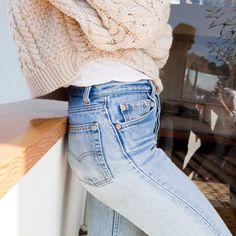 Jean taille légèrement haute + pull court blanc cassé = le bon mix (photo Jessica de Ruiter)