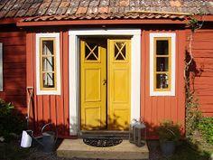 Elins Stuga: Min bror och svägerska bjuder in oss i sitt torp Swedish Cottage, Red Cottage, Cozy Cottage, Cottage Style, Exterior Paint, Interior And Exterior, Sweden House, Red Houses, Yellow Doors