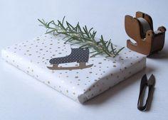 Giftwrap Golden Snow and gifttags Skates & Houses, design Jurianne Matter for Ompak Cadeauverpakkingen.