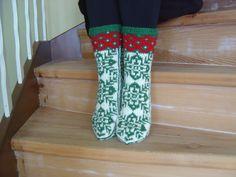 Knit Socks, Knitting Socks, Hand Knitting, Christmas Knitting, Nice, Green, Hand Weaving, Sock Knitting, Arm Knitting