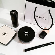 Healthy glow multi-colour/CHANEL, Eyeliner/CHANEL, Loose powder foundation/CHANEL I'm going for a simple makeup for tonight focusing on the eyes and a perfect skin using some of my favorite products from Chanel!