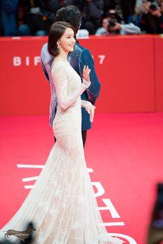 sad yoona is sad Im Yoon Ah, Yoona Snsd, International Film Festival, Girls Generation, Fashion Photo, Women's Fashion, Asian Girl, Celebrity Style, Celebs
