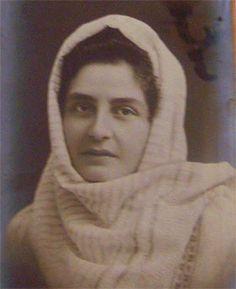 Elena Farago(pe numele de fată Thomaide) s-a născut pe 29 martie 1878 la Bârlad într-o familie cu rădăcini grecești. După moartea timpurie a mamei, în 1890, fiind cea mai mare dintre fete și cea de-a doua ca vârstă dintre toți frații a trebuit să aibă grijă de ceilalți, dezvoltându-și astfel sensibilitatea și înțelegerea față de… Drama, Romania, Movie, Dramas, Drama Theater