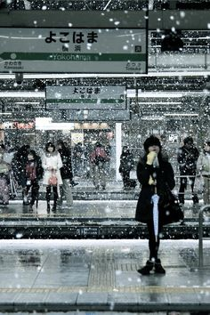 people at a train station In Tokyo JAPAN Japon Tokyo, All About Japan, Foto Poster, Kaiser, Nihon, Japanese Culture, Japanese Sake, Japanese Aesthetic, Japan Travel