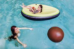 Anno 2017 is het trendy om rond te dobberen in een zwembad met een luchtmatras in een opvallende vorm. Zo bestaat er sinds kort de opblaasbare avocado.