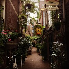 Gebed Zonder End. Tiny lane in #Amsterdam Centrum