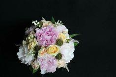 Precioso ramo de peonias ,muguet, scabiosa, rosa spray, veronica, astilbe,romantica combinacion de colores para el diavde tu boda..