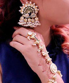 Indian Jewelry Earrings, Indian Wedding Jewelry, Hand Jewelry, Wedding Jewelry Sets, Bridal Jewelry, Fashion Earrings, Antique Jewellery Designs, Gold Earrings Designs, Gold Jewellery Design