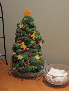 Veggie tray designs for Halloween, Thanksgiving, Christmas and birthday parties. A healthy and cute vegetable tray is the perfect Holiday party food! Creative Christmas Trees, Diy Christmas Tree, Christmas In July, Christmas Goodies, Xmas Tree, Homemade Christmas, Christmas Ornaments, Merry Christmas, Holiday Treats