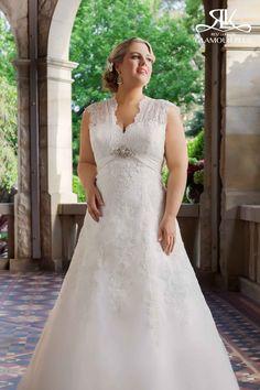 Beatrix por Roz La Kelin es el vestido que se destacan en su día de la boda . Este vestido de talle imperio es de un hermoso encaje de largo . Las correas ilusión de encaje forman elegantemente un ojo de cerradura en la parte trasera del vestido de añadir un poco de sex appeal elegante a tu look. El vestido tiene un adorno justo debajo del busto para traer un toque de glamour a la apariencia general.