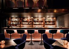 """O designer Tom Dixon emprestou seu estilo a um restaurante japonês, em Atlanta nos Estados Unidos, que faz referência aos antigos speakeasy -- bares ilegais que serviam bebida alcoólica na época da lei seca americana nas décadas de 20 e 30. Chamado de Himitsu, """"secreto"""" em japonês, ele pode ser acessado apenas por quem tem uma senha."""