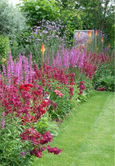 (1) Penstemon 'Rich Ruby' | (2) Hemerocallis (daglelie)  | (3) Kniphofia 'Alcazar' (vuurpijl) | (4) Lythrum salicaria 'Robert' (kattestaart) | (5) Verbena bonariensis (ijzerhard) |  (6) Rosa 'Russia' (roos)