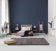 Puha tapintású, shaggy típusú szőnyegcsalád, melynek színei a természetességet, visszafogottságot varázsolják otthonunkba. Accent Wall Bedroom, Gray Bedroom, Bedroom Decor, Master Bedroom, Calm Bedroom, Budget Bedroom, Wall Decor, Accent Walls, Nursery Decor