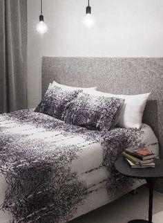 Graafista pintaa ja karuja valaisimia makuuhuoneessa. #etuovisisustus #makuuhuone #vallila