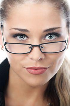 Monture : sous ou au-dessus des sourcils ? Toute monture doit être choisie en fonction de la ligne de vos sourcils. C'est un détail... primordial.  Conseils : La monture doit suivre et épouser leur ligne. Elle peut se situer en dessous mais jamais au-dessus. En effet, vos sourcils ne doivent pas apparaître à travers les verres sous peine de casser les lignes de votre visage. En savoir plus sur…