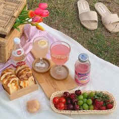 """""""let's go on a picnic darling"""" Picnic Date, Summer Picnic, Spring Summer, Fred Instagram, Cute Food, Yummy Food, Comida Picnic, Cafe Menu, Aesthetic Food"""
