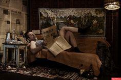 набор аутентичной мебели, газет и посуды середины прошлого века