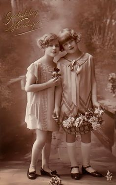 Free freebie printable vintage Photo two girls Old Pictures, Old Photos, Cute Pictures, Vintage Postcards, Vintage Images, Two Girls, Holiday Photos, Portraits, Vintage Photography