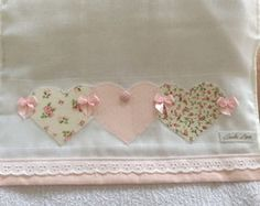 Fralda de Boca Baby Sheets, Pillowcase Pattern, Stylish Girls Photos, Baby Flower, Sunbonnet Sue, Baby Sewing, Baby Bibs, Crochet Flowers, Sewing Projects