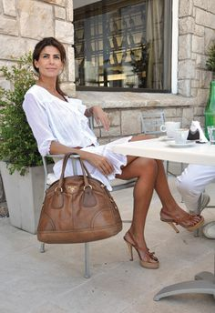 Argentina's racy First Lady Juliana Awada Looks Chic, Looks Style, My Style, Designer Handbags Online, Designer Leather Handbags, Designer Bags, Style Casual, Casual Looks, Look Fashion