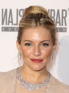 thanks zabs for showing me how to do the Carrie Bradshaw bun. Sienna Miller looks quite beautiful with it as well Celebrity Hairstyles, Hairstyles Haircuts, Braided Hairstyles, Cool Hairstyles, Wedding Bun, Wedding Ideas, Dream Wedding, Cute Updo, Bridesmaid Hair Updo