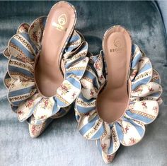 Aside from handbags and purses, shoes are the things which women cannot have enough of. The truth is women love designer shoes and cannot have too many pairs. Cute Shoes, Me Too Shoes, Shoe Boots, Shoes Sandals, Crazy Shoes, Dream Shoes, Beautiful Shoes, Shoe Game, Designer Shoes
