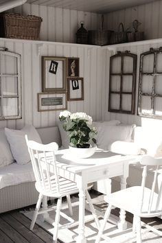 Old windows for decoration in the house - 50 cool ideas Old window-decoration-vintage-white-wood-seating-pillow-wall-decoration-chairs-wall covering Enclosed Porches, Old Windows, Vintage Windows, Antique Windows, Sunroom Windows, Plank Walls, Cottage Style, Rose Cottage, Farmhouse Decor