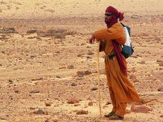 Algérie: Pause dans le désert Tegharghart  Tifartassen (proche de Djanet) / Algeria: Pause in the desert Tegharghart  Tifartassen (near Djanet) / Argelia: Pausa en el desierto de Tegharghart  Tifartassen (cerca de Djanet)
