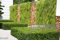 Foto stock : Grass and log walls in the Porsche Garden, Hampton Court Flower Show, 2008