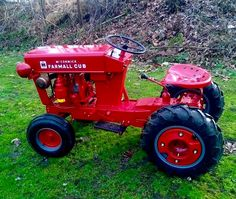 Cub Cadet looks good dressed up in red Wheel Horse Tractor, Red Tractor, Yard Tractors, Small Tractors, Antique Tractors, Vintage Tractors, Cub Cadet Tractors, Garden Tractor Pulling, Classic Tractor